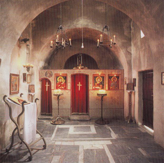 Το εσωτερικό του ναού Αποστόλου Παύλου, 2002. Φωτογραφία: Καμίλλο Νόλλας (Πηγή: Ο Άγιος Παύλος του Εθνικού Ιδρύματος Νεότητας, Αθήνα, Μεταίχμιο)
