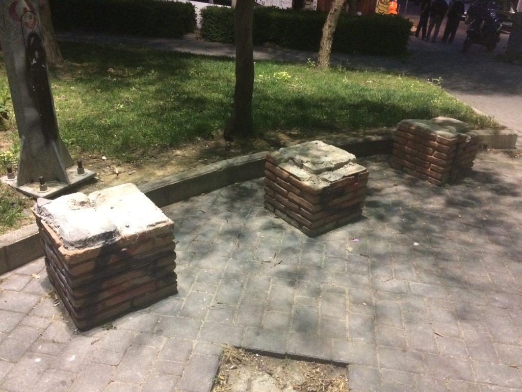 Κατεστραμμένα παγκάκια στην πλατεία Γοργόνας
