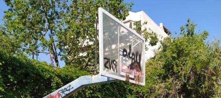 """Νέες """"πρωτοποριακές"""" μέθοδοι από τον Δήμο Ιλίου: γήπεδα μπάσκετ δίχως στεφάνια και με διαλυμένο τάπητα"""
