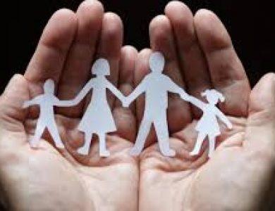 Αντί να σταθεί στο πλάι τους, η δημοτική αρχή τιμωρεί τους νέους γονείς στο Ίλιον στέλνοντάς τους «μπιλιετάκια» με Τροφεία